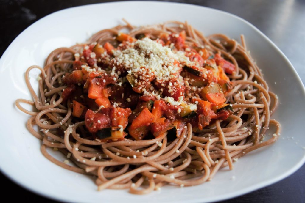 Dinkel Spaghetti Napoli frau janik