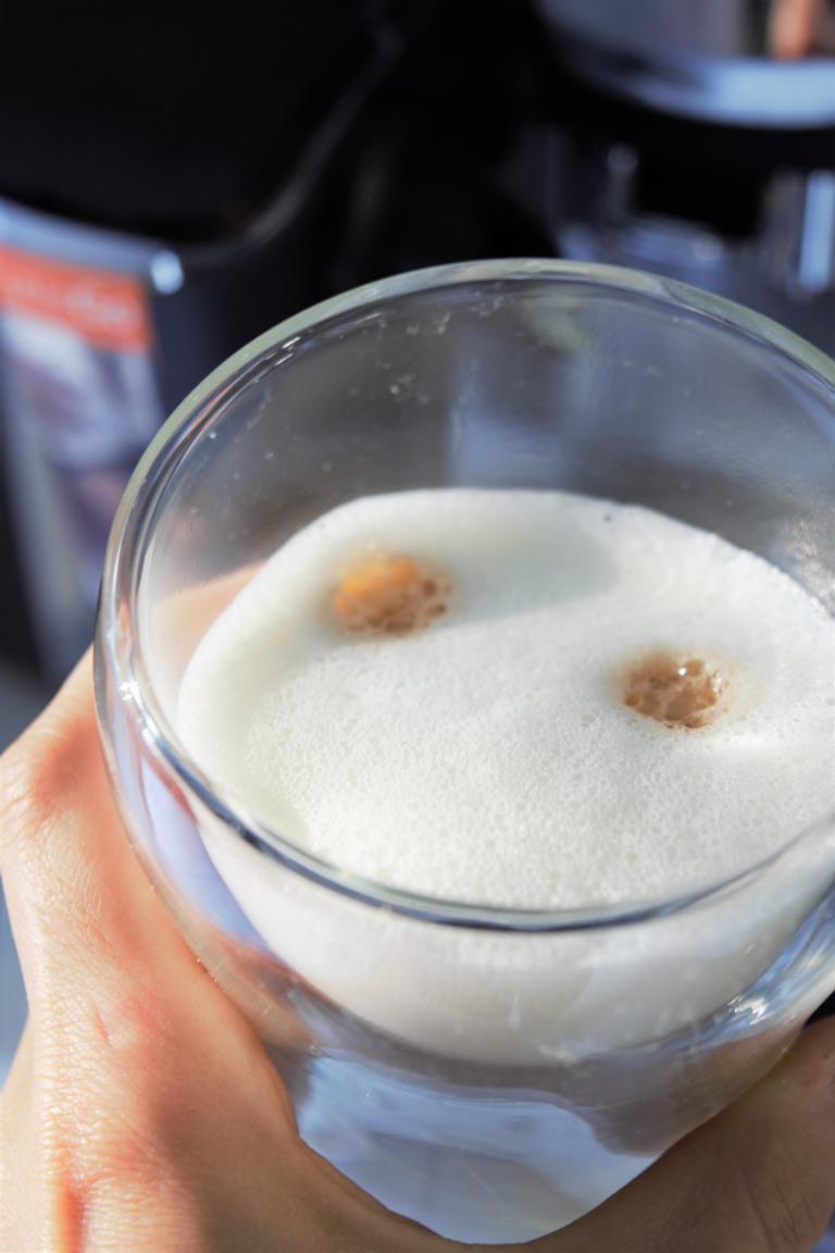 Pflanzliche Milchsorten im Kaffeetest, Philips Kaffeemschine, Frau Janik,