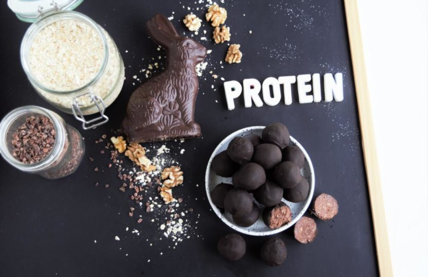 Protein Brownie Pralinen, energiekugeln, proteinkugeln, schokopralinen ohne zucker, proteinkugeln ohne proteinpulver, schwarze bohnen, bohnen energiekugeln,fraujanik, osterdessert