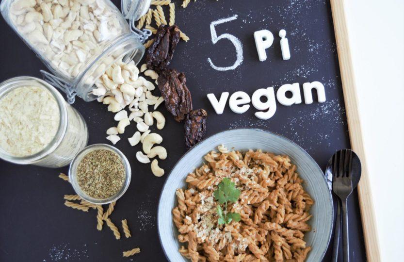 5 Pi Sauce vegan mit nur wenigen Zutaten. Diese einfache Sauce ist ohne kochen und aus dem Mixer. Im Nu Zubereitet und sehr lecker! cinquepi, 5pi, sauce, tomatensauce, cashew, sauce , gesundkochen, gesundessen, food, zuckerfrei, kochen, kinder, kochenfürkinder, einfacherezepte, rezepte, gesunderezepte, veganerezepte, tomatensauce , schnellkochen, vegan, sauceohnekochen, fraujanik