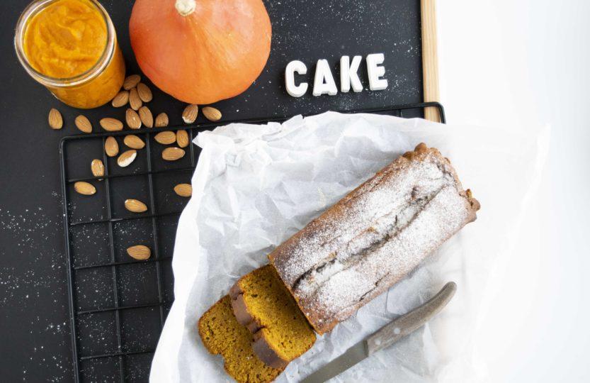 Kürbis-Cake, Kürbis-Kuchen, veganer Kürbis-Cake, veganer Kürbis-Kuchen, gesunder Kürbis-Kuchen, gesunder Kürbis-Cake, gesunder Kuchen, weihnachtlicher Kuchen, Kuchen ohne Haushaltszucker, saftiger Kürbis-Cake, saftiger Kürbis-Kuchen, Kürbis Rezepte, ohne Haushalszucker, weniger süss, herbstlich, weihnachtlich, ohne Haushaltszucker, vegan, gesund, fraujanik, Blogger, Basel, Foodblog, schnell und einfach